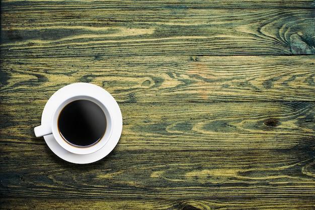 背景の木の上から見たコーヒーカップ
