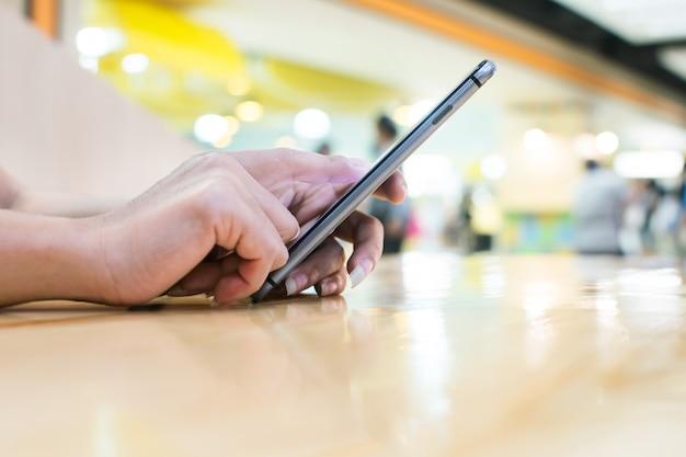 現代装置、デジタルコンピュータおよび携帯電話を使用して働くビジネス