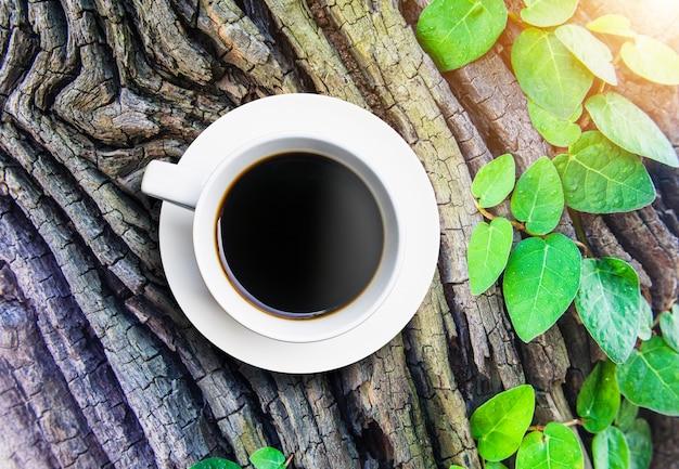 背景の木のトップビューコーヒーカップ