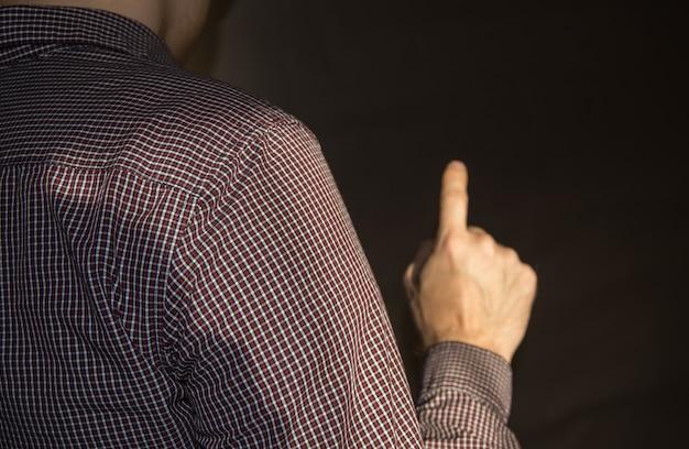 Указательный палец поднят вверх