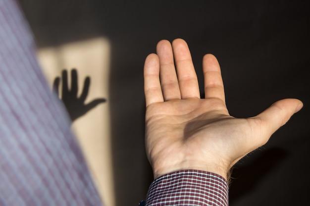 Молодой человек держит пустую руку ладонью вверх