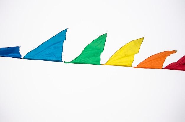 カラフルな色とりどりの三角旗