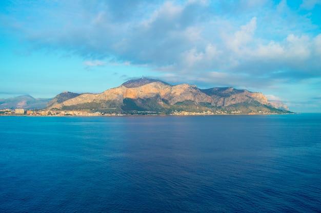 海から街のパノラマ、パレルモの美しい日の出