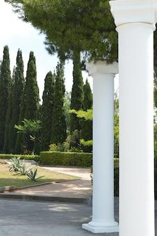 Белые декоративные колонны в греческом стиле для украшения парка