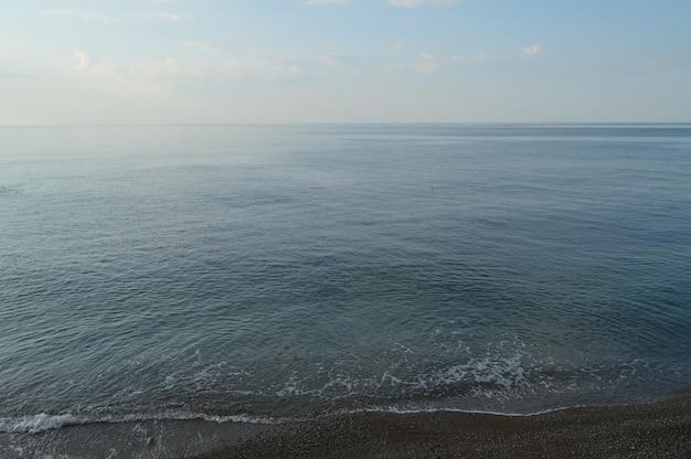穏やかな海と青い空を背景