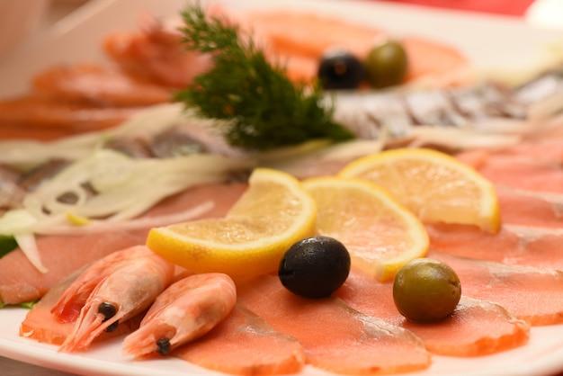 Тарелка с креветками, лосось с оливками и лимоном, закуска
