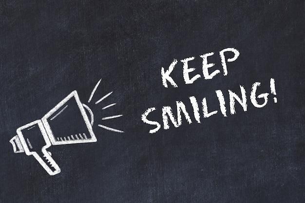 スピーカーと手書きの「笑顔を保つ」とチョークボードスケッチ