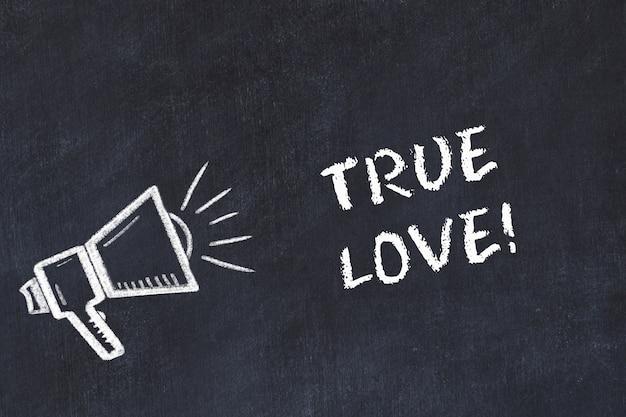 スピーカーと手書きの短いモットー「真の愛」によるチョークボードスケッチ