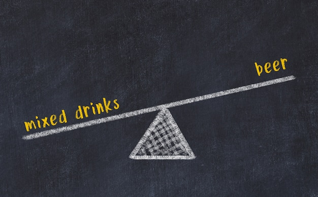 スケールのチョークボードスケッチ。ビールと混合飲料のバランスの概念