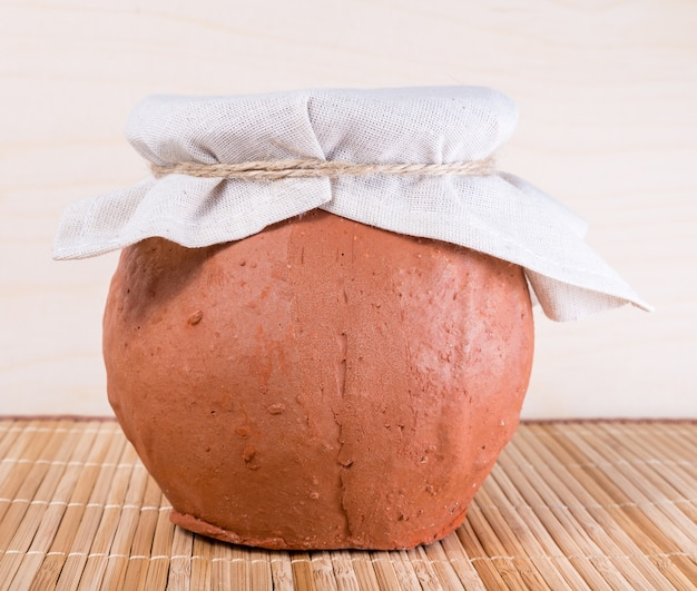 Глиняный горшок с тканью