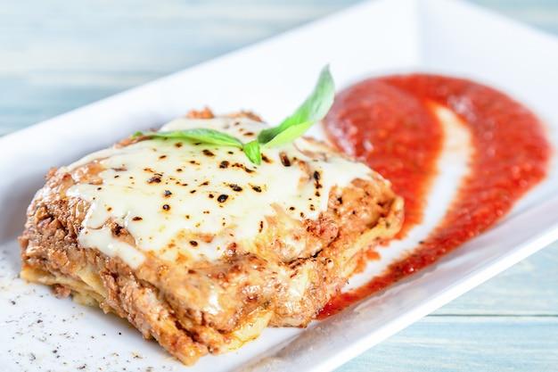 トマトのソースと伝統的な肉のラザニアのプレート