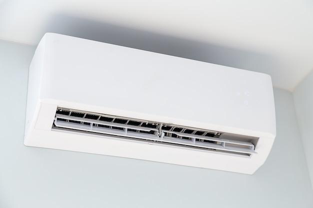壁に掛かっている白いエアコン