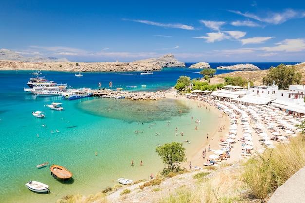 Вид на пляж в городе линдос. родос, греция