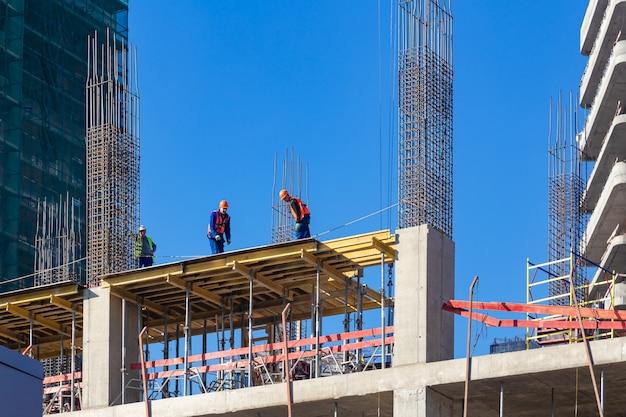 モスクワ、ロシア:新しい住宅の建設現場の労働者
