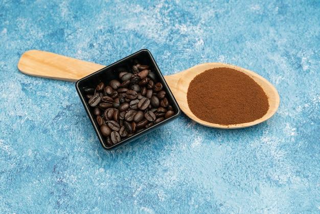 焙煎したコーヒー豆、挽いたコーヒー、一杯のコーヒー、焙煎したコーヒーの木のスプーン