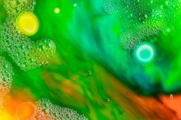 マクロは、異なる色のオイルペイント石鹸のクローズアップ。カラフルなアクリル。現代美術のコンセプトです。素晴らしい、クリエイティブ。