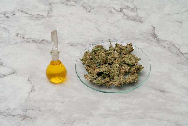Марихуана, конопля лекарственное, травяное соединение в стеклянной таре. лечебный экстракт масла марихуаны конопли в банке