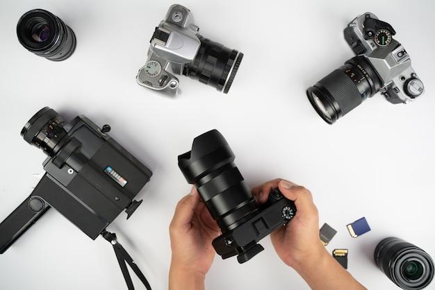 Студийная съемка с компьютерами, фотоаппаратами, вспышками и несколькими объективами