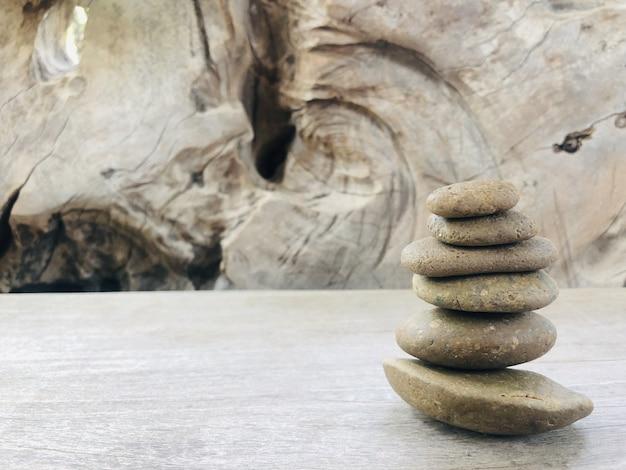 石は木製のテーブル上の層に重なっています