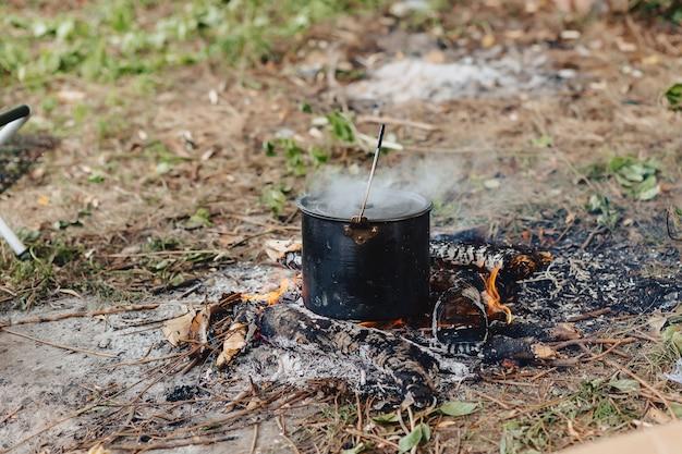 釣りの自然の中で魚のスープを調理するプロセス