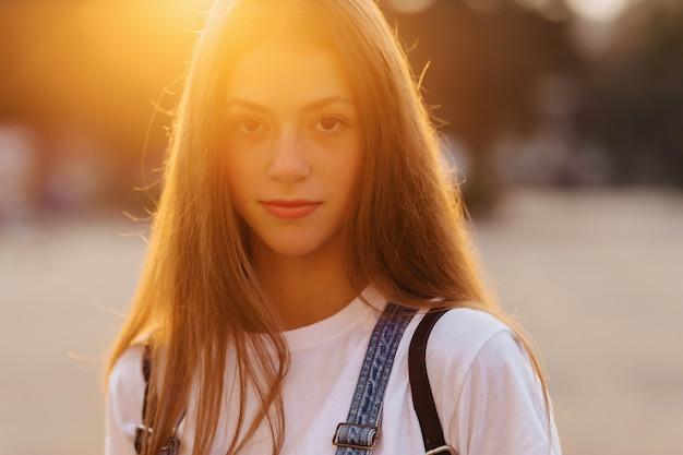 ブリーフケースを使ってクローズアップ肖像画魅力的なかわいい女の子