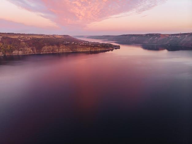 バコタ湾、ウクライナ、ドニエステル、湖の風光明媚な夕焼け空撮