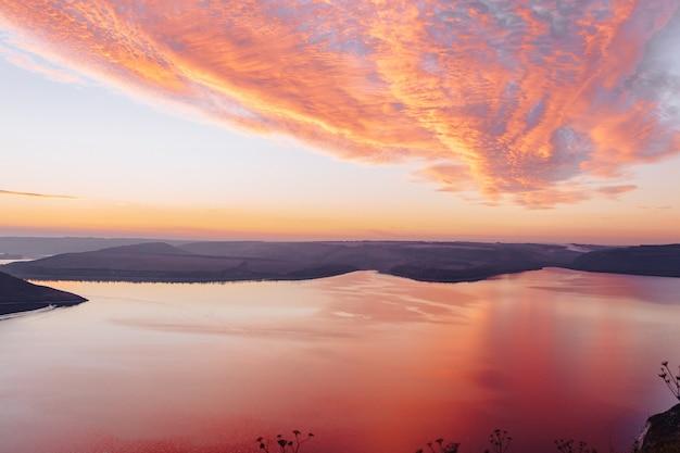 バコタ湾、ウクライナ、ドニエスター、湖水、暖かい日に風光明媚な夕焼け空撮