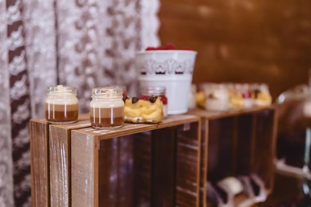 甘いお祝いビュッフェ、フルーツ、帽子、マカロニ、そしてたくさんのお菓子