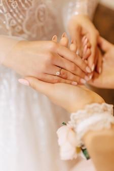 穏やかな花嫁の手に石で婚約指輪