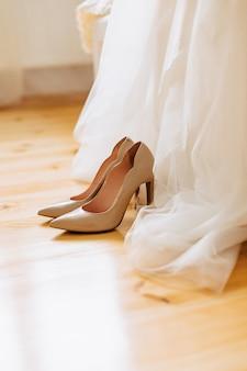 お祝いや結婚式のための優雅な婦人靴、ブライダルウェア、ディテール