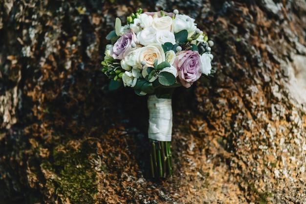 Свадебный букет и свадебные украшения, цветы и свадебные цветочные композиции