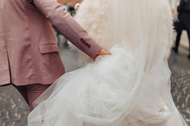 花嫁は一緒に歩いて、お祝いの結婚式の日