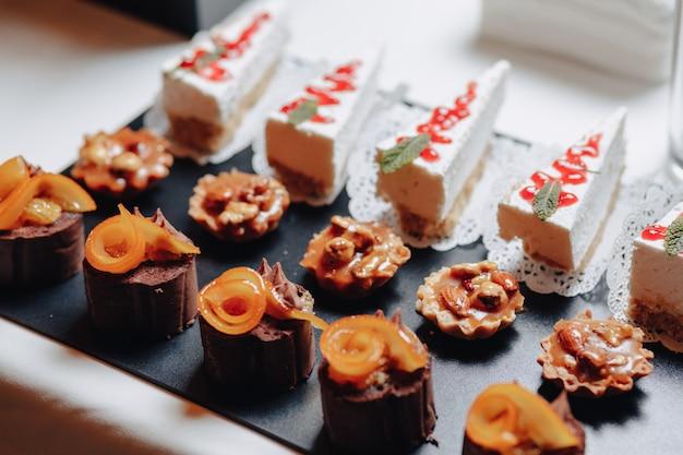 カナッペとさまざまなおいしい食事を含む美味しいお祝いビュッフェ