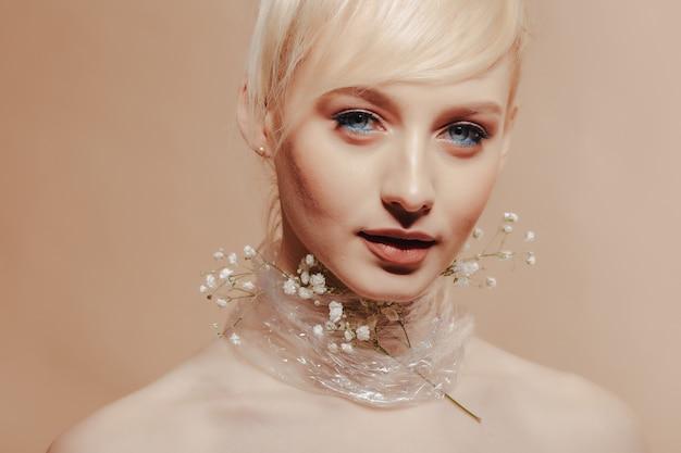 Довольно привлекательная девушка со светлыми волосами, модная съемка