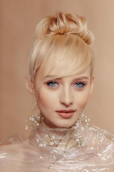 Довольно привлекательная девушка со светлыми волосами, модная съемка, роза