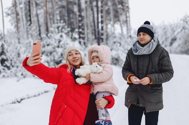 Счастливая семья делает селфи со своей маленькой дочерью