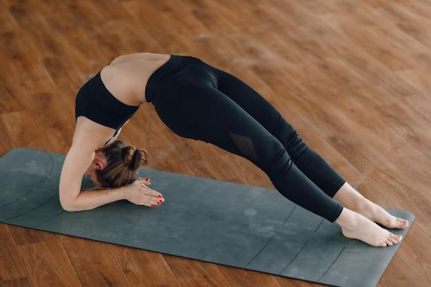 女の子は、ヨガ、スポーツ、健康的なライフスタイル、精神的バランスの概念を練習します
