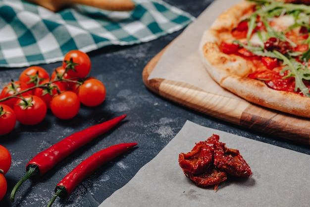 ボード上のおいしいナポリのピザ