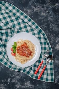 Итальянская паста с мясом на тарелке