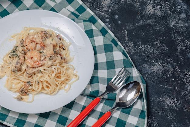 Итальянская паста с морепродуктами и королевскими креветками