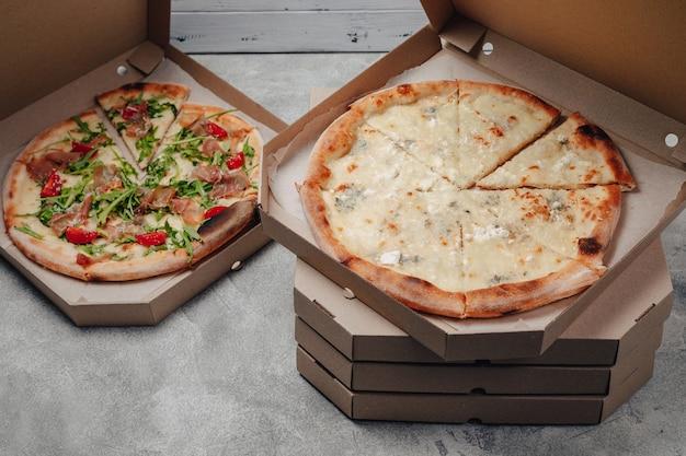 Вкусная итальянская пицца в коробке для пиццы