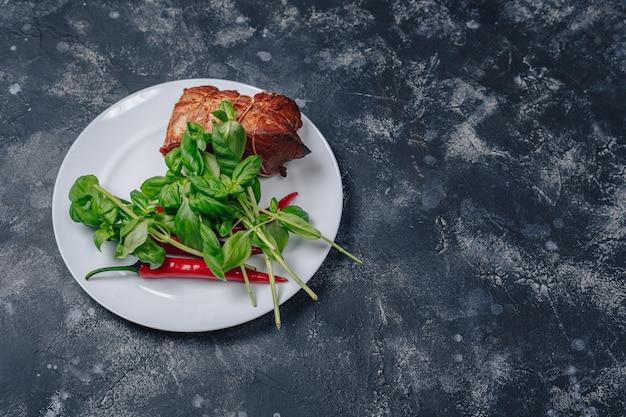 Ингредиенты на тарелку на темном бетонном фоне