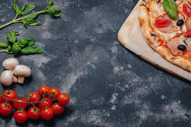Вкусная неаполитанская пицца на доске