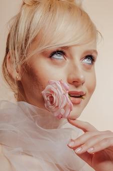 ブロンドの髪、ファッション撮影、バラ、シンプルな背景を持つかなり魅力的な女の子