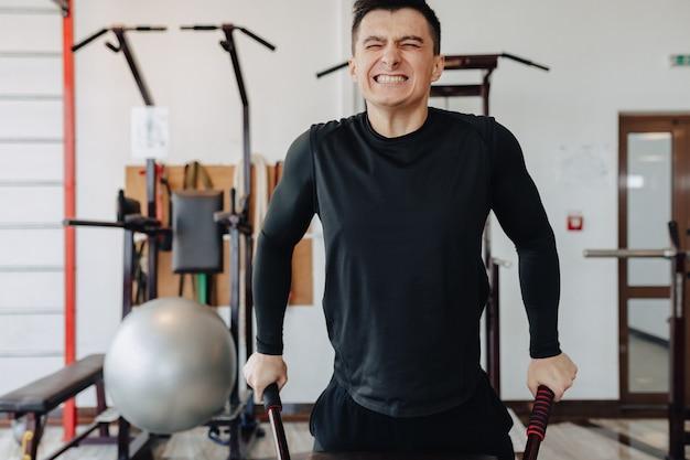 Спортивный парень сжимает на штангах, упражнения на грудных мышцах. здоровый образ жизни.