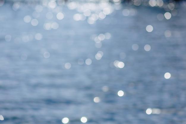 わずかなぼかしと青い水の上の水ぶくれ