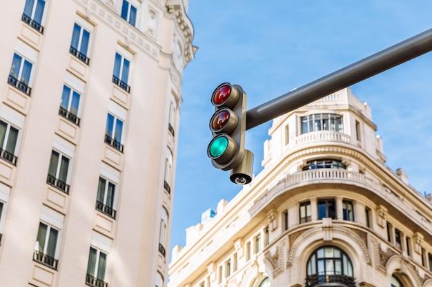 信号機の緑色のライト
