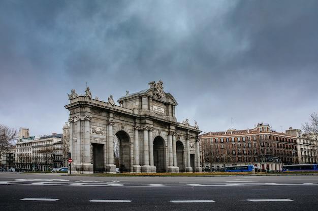 マドリードのプエルタデアルカラ記念碑