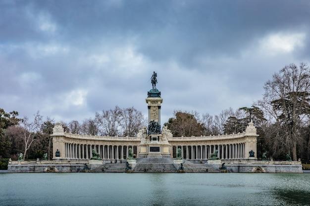 マドリード退職公園の記念碑