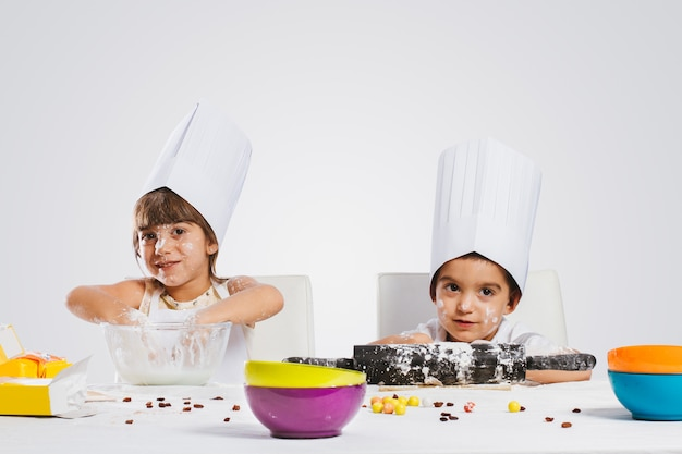 台所で遊ぶ子供たち